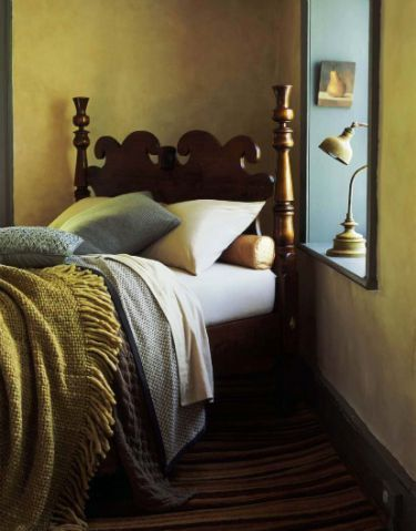 Great Apart from the beautiful colors, I love the unconventional angle of the bed and the sill, which serves as a side table