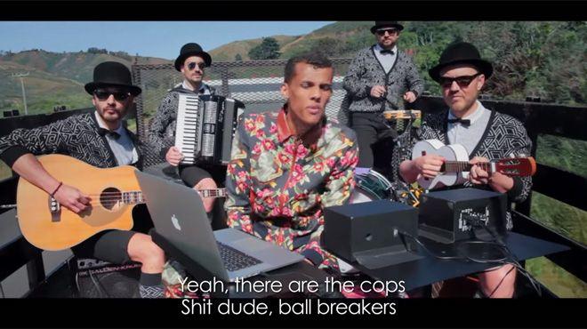 Alors que le chanteur belge atteignait jeudi 1er octobre un nouveau sommet en enflammant la salle mythique du Madison Square Garden (New York), une nouvelle leçon de l'artiste était publiée sur YouTube. Stromae s'y fait arrêter par la police avec ses acolytes.