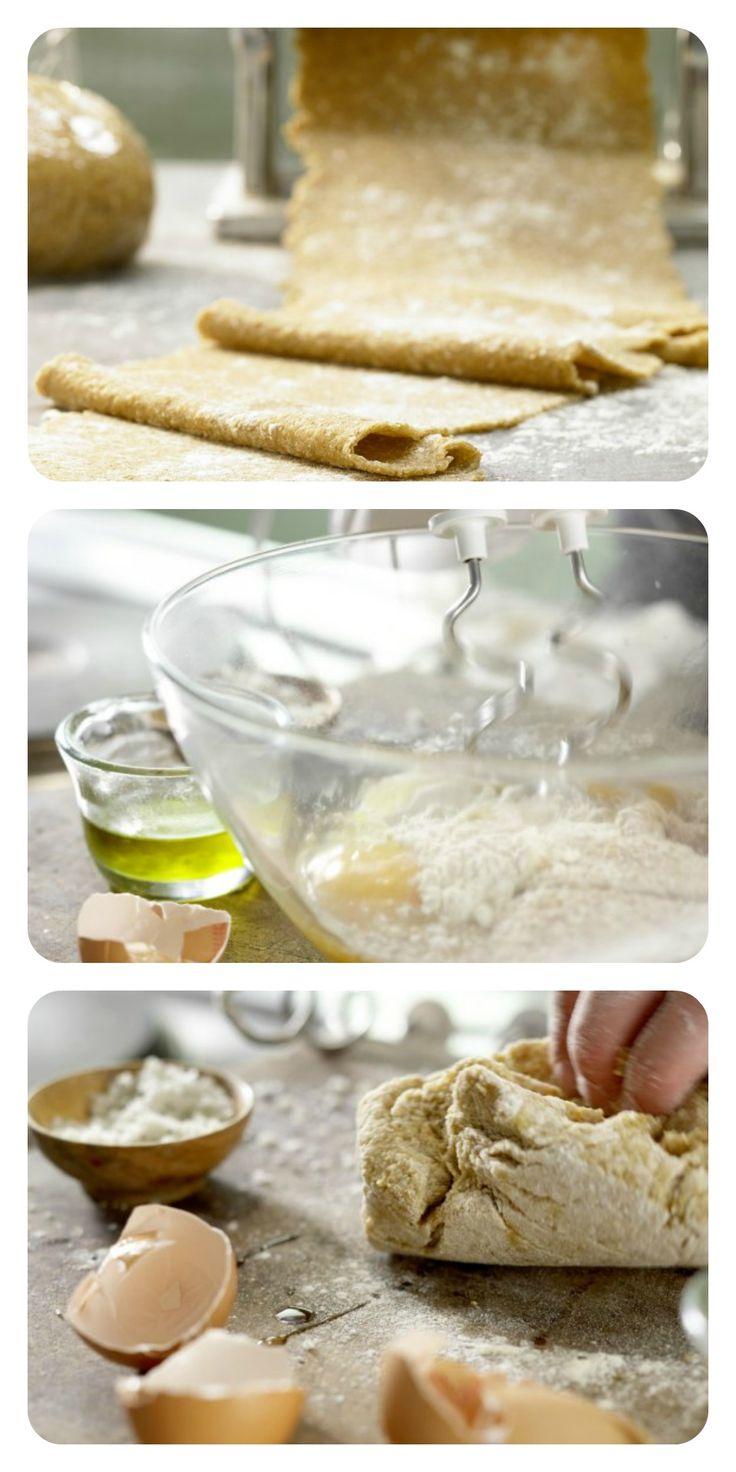Du brauchst lediglich 200 g Weizen-Vollkornmehl, 200 g Mehl Type 405, 4 Eier 2 EL Olivenöl und Salz: Vollkorn-Pastateig (Grundrezept)   http://eatsmarter.de/rezepte/vollkorn-pastateig