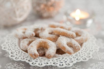 Receita de Biscoitos Alemães de Baunilha – Vanillekipferl. Esses biscoitos são excelentes e, por isso, podemos apreciá-los ou comercializá-los fora da época de Natal. Na tradição do Natal alemão não falta esse prato festivo.