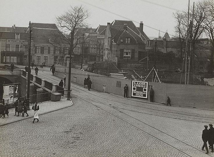 1927: Het is even zoeken, maar ik herken Café De Poort (L). De Tolsteegbrug met R. het politiebureau in aanbouw