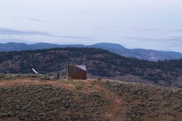 Off-the-Grid Prefab Cabin by Jesse Garlick in the Cascade foothills | ignant.de