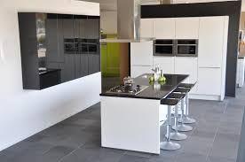 Afbeeldingsresultaat voor wit kookeiland zwart blad terrazzo vloer