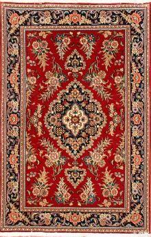 Tappeto QUM 1.48x0.98 di recente manifattura con medaglione centrale e motivi floreali con una densita' di nodi di circa 10.000 per mq.