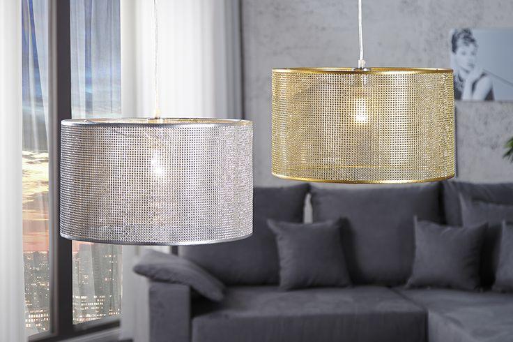 Ein Stück Glamour für Ihr Zuhause? Die Hängeleuchte DIVA bringt Glanz und Charme in Ihre 4 Wände. Die Kombination aus goldenem Schirm und Gitteroptik wirkt edel und glamourös zugleich. Der Schirm bietet durch sein individuelles Design die Möglichkeit Ihr Ambiente in ein sanftes Licht zutauchen. Die rustikale Leuchte ist ideal für Wohn - oder Esszimmer, diese Leuchte ist aufgrund des Designs ein unverwechselbares Exemplar.