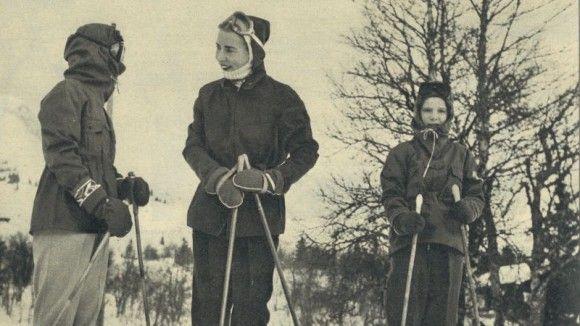 Dronning Ingrid på ski med døtrene i 1956 Dronning Ingrid er en dygtig skiløber, konstaterer BILLED -BLADET ved selvsyn i vinteren 1956, hvor hun sammen med prinsesserne Benedikte og Margrethe drager til Norge på skiferie. Morgenblæsten på fjeldet gør det dog svært at genkende prinsesse Benedikte (t.v.) der har dækket ansigtet helt til, inden familien sætter af ned af løjpen.