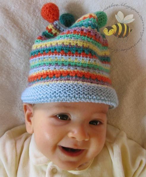 Progetto: Cappellino Arlecchino di Monica, blog My Bonnet Bee Se siete stanche delle solite cuffiette per bimbi, tutte fru fru e fiorellini pastello, allora questo cappellino arlecchino fa giusto per il vostro pargolo! Materiale occorrente(modello per un bimbo di 3 mesi; diametro della testa circa 40 cm)45 gr di lana …