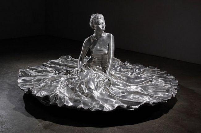 Скульптура из алюминиевой проволоки, Сон Мо Пак, 2013. Корейский художник создает свои скульптуры, плотно оборачивая форму на основе стекловолокна слоями проволоки. Сон Мо Пак тщательно воссоздает тонкие морщинки, складки одежды и рельефную мускулатуру человеческого тела из металлических слоев. Это напоминает годичные кольца деревьев.   Источник: http://www.adme.ru/tvorchestvo-hudozhniki/zastyvshaya-krasota-584455/ © AdMe.ru