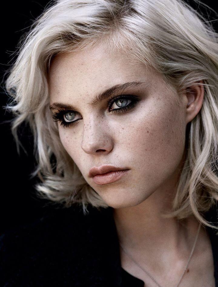 Zoals deze vrouw zie ik Lilith op dit moment. Ze is een volwassen vrouw maar aan haar gezicht kan je zien dat ze veel heeft meegemaakt.