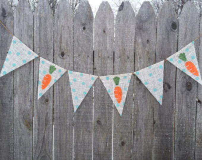 Dieses liebenswert Mini Sackleinen Ostern Hase & Karotte-Banner wird mit Hasen und Möhren gemacht. Die Hasen haben das süßeste kleine flaumige Schwanz die Karotten haben grüne Raffia an der Spitze.  Dieses Banner ist in verschiedenen Größen erhältlich an der Kasse. Gesamtgröße des einzelnen Kaninchens ist ca. 3 breit 4 hoch und jeder Karotte ist 2,5 weit oben und 3,5 lang. Sie sind genäht, um zum Erhängen Bindfäden. Es gibt ca. 3 ft Schnur an beiden Enden!  Dieses Banner ist versiegelt un...