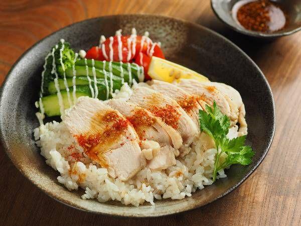 今日はフライパン1つで作れるワンプレートご飯を紹介します。フライパン1つで作れてボリュームたっぷり、そしておいしく、ちょっとおしゃれなご飯のレシピです。 そのレシピは、カオマンガイ! カオマンガイは海南鶏飯(ハイナンジーファン)とも言って、茹でた鶏肉と、その茹で汁で炊いたご飯を一緒に盛り付けて食べる料理です。 香辛料が効いたタレを掛けて食べると、とてもおいしい料理で、タイやマレーシア、シンガポール