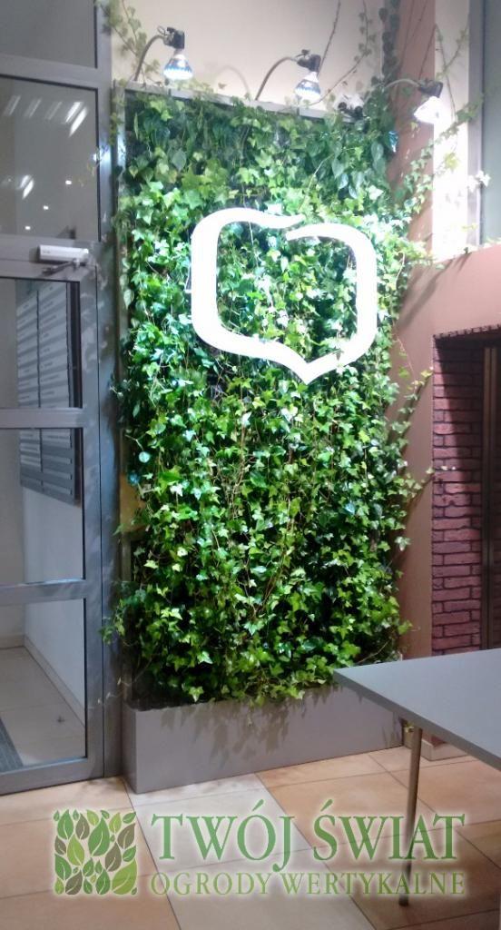 Mobilny ogród wertykalny z podświetlanym logo.