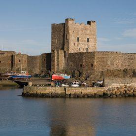 Castillo de Carrickfergus, Antrim. Esta fortaleza normanda es uno de los castillos más increíbles de Irlanda del Norte, situado en un lugar fantástico a orillas del lago de Belfast. Con sus 800 años de historia, este castillo ha sido asediado por los escoceses, irlandeses, ingleses y franceses. Durante la segunda guerra mundial fue utilizado como refugio antiaéreo - De paseo por los 10 castillos más bonitos de Irlanda