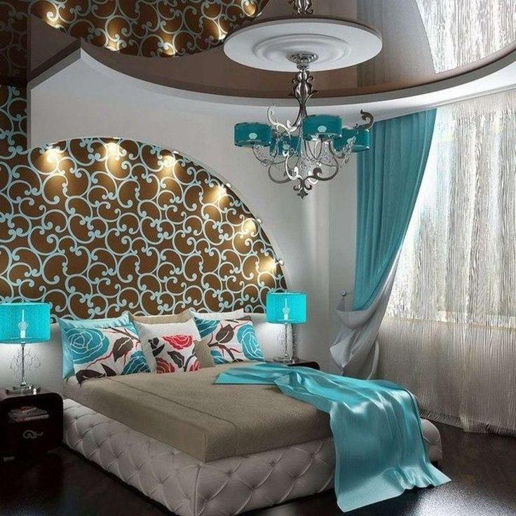 Интересным и необычным выглядит интерьер бирюзовой гостиной, в который дополнительно ввели элементы фиолетовых цветов разной насыщенности