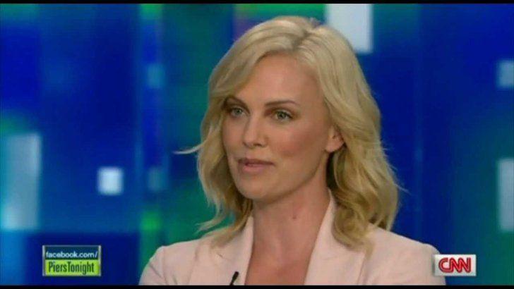 Pin for Later: Le Saviez-Vous? Ces 17 Stars Parlent Couramment Une Autre Langue Charlize Theron: Afrikaans Charlize n'a pas perdu de vue ses racines Sud Africaines et l'a prouvé en 2011 lors d'une interview sur CNN.