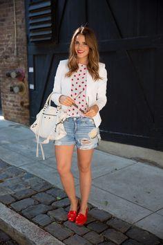 """O Dúvida da Leitora dessa semana é sobre Blazer Branco: """"Ganhei um blazer branco lindo de aniversário e gostaria de usar de básico a sofisticado"""" (obrigada Giane)! Por isso, separei várias maneiras de como usar o blazer branco para ajudar vocês! COMO USAR: O blazer é uma das peças essenciais no guarda-roupa feminino elegante e moderno, …"""