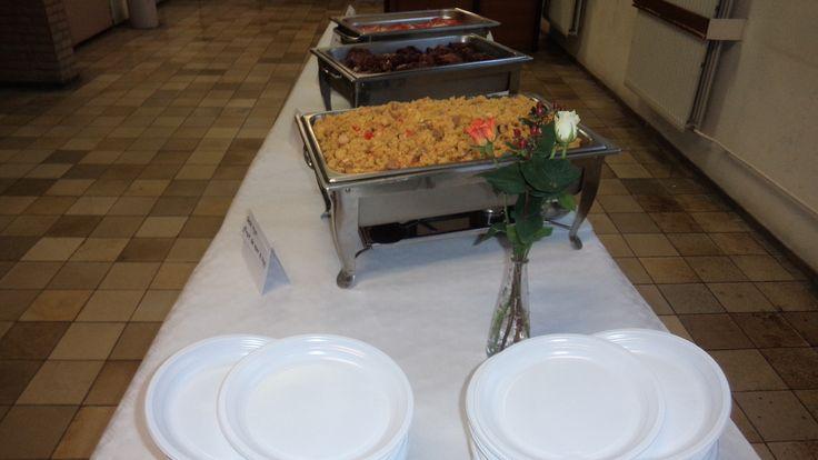 Lopend Buffet Deluxe:  - gele rijst met kip en fruit de mer - geroosterde kip - coleslaw salade - gebakken banaan - zoetzure komkommer - sambal - jus