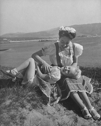 todos os dias do vintage: Estrelas de cinema em casa com seus filhos Joan Crawford passa um momento feliz com sua filha em Monterey, Califórnia, em 1945 Décadas mais tarde, em seu livro de memórias controverso Mamãezinha Querida, Christina vai acusar a mãe de abuso.