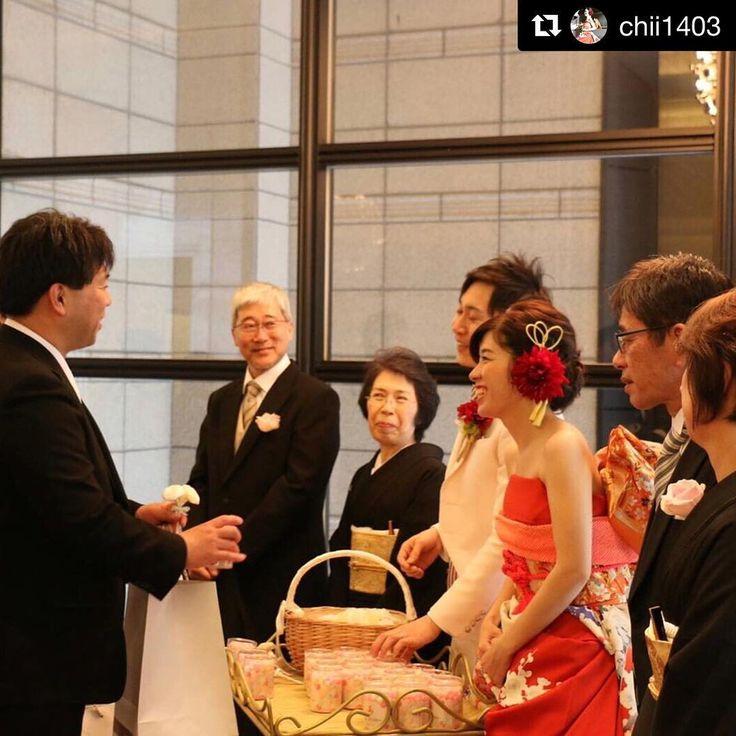 先日おいりをご注文いただいたお客様が、素敵な写真をアップして下さいました♡ (@chii1403 様をタップして頂くと、おいりの写真もアップして下さってます♪) 普段はお客様のお顔を見ることがないので、素敵な結婚式に使って頂けたんだなぁ〜と、スタッフみんなでほっこり。また頑張るぞー!!と元気を頂きました(*´˘`*) #Repost @chii1403 (@get_repost) ・・・ #プチギフト #おいり にしました��✨ #讃岐のみとよマルシェ 素敵な気遣いをしてくれる素敵なお店でした��  #おいり #花嫁おいり #oiri #プチギフト #お取り寄せ #結婚式 #結婚式準備 #ウェディング #weddinggift #日本中のプレ花嫁さんと繋がりたい #2017春婚 #2017夏婚 #2017秋婚 #2017冬婚 #2017婚 #2018春婚 #2018婚 #香川県 #うどん県 #うどん県それだけじゃない香川県 #三豊市 #讃岐のみとよマルシェ…