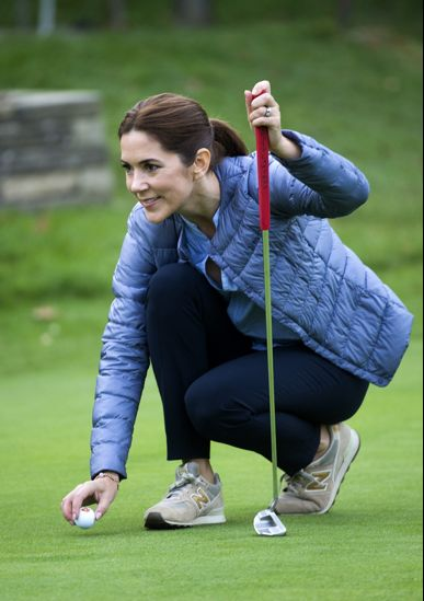 Queens & Princesses - Princess Mary attended an awards ceremony in a club in junior golf Asserbo. The princess took the opportunity to play with children.