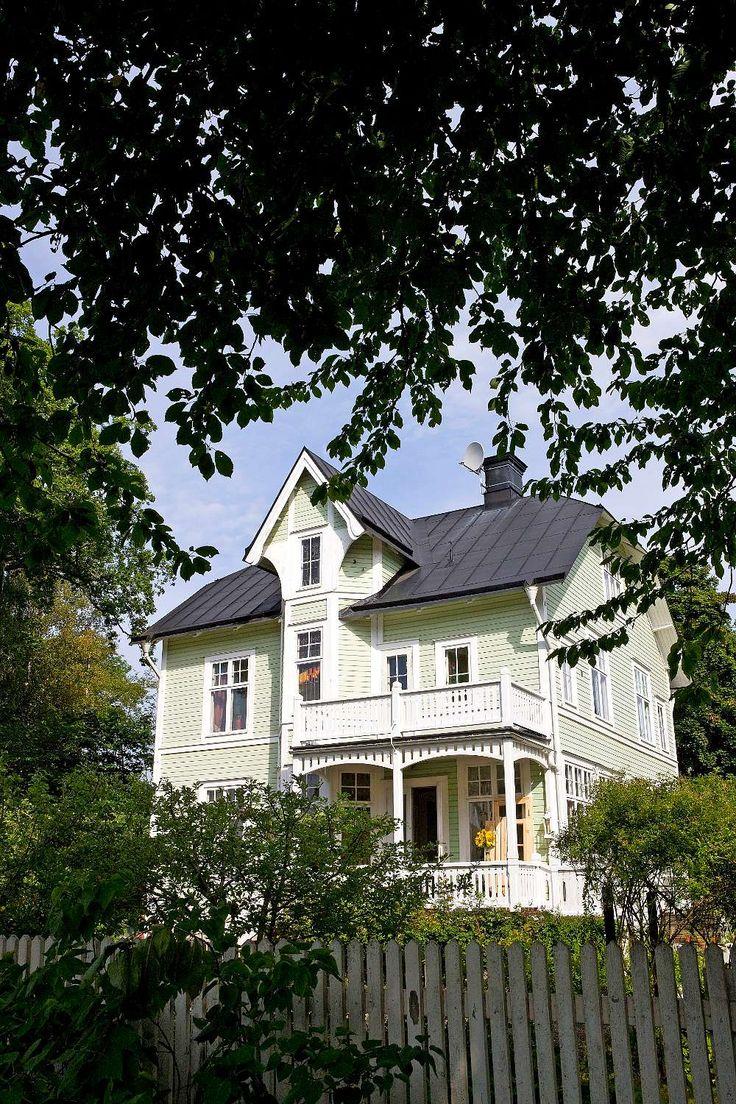 Den gamla grosshandlarvillan i Nacka ligger inbäddad i grönska. Genom dubbeldörrarna kommer man till Evas favoritrum: den så kallade vita salongen.