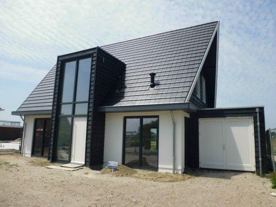 Presolid huis wit met zwart dak, te simpel