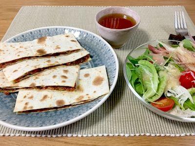 トルティーヤをパン代わりにサンドウィッチを作りました。これも『世界のサンドイッチ図鑑』(誠文堂新光社刊)に載っていたお料理です。メキシコではケサディーヤ Quesadillas と言うそうです。中身は残り物のえのき茸と人参のみじん切りをオリーヴオイルと味噌で炒めた具です。切り方で随分と見た目が変わります