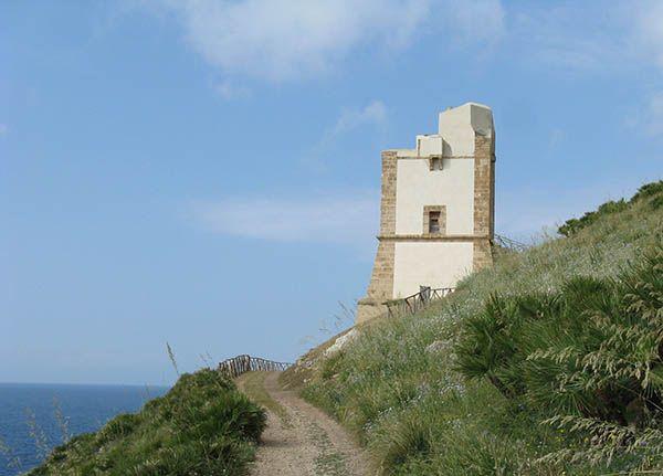 La Torre di San Giovanni faceva parte di un sistema di torri progettato a difesa delle coste della Sicilia maggiormente esposte agli attacchi nemici.