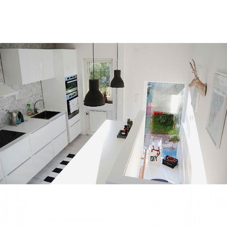 ..& såhär ser husets hjärta ut idag  Bland annat är en vägg och två dörrar borta och allt är tapetserat/målat. All inredning är ny och golvet likaså. Några detaljer är jag extra nöjd med - en av dessa är den stora arbetsytan samt ljusinsläppet från helkroppsfönstret i trappen :) #inredning #nyahemmet #vårtnyahem #hem #kök #kitchen #renovering #kitchendreams #nyttkök #interior4you #interior123 #diy #renovering #fönster #föreochefter #beforeandafter #vitt #interior #design #morön #skellefteå…