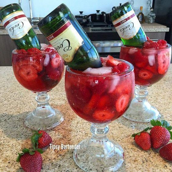 Drunk in Love: 2 oz. (60ml) Vodka de Fresas 1 oz. (30ml) Triple Sec 1/2 oz. (15ml) Granadina 2 oz. (60ml) Mix de Fresas Champagne en Mini Botellas Grosellas/Fresas.