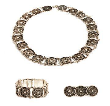 SMYKKE SETT HENRIK LUND  Oksydert sølv. Collier, armbånd og brosje. Støpt og filigransarbeid.
