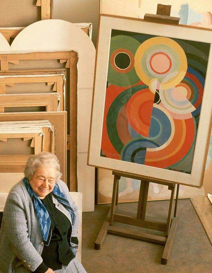 Sonia Delaunay-Terk (1885-1979) Begin twintigste eeuw werd er weinig samengewerkt tussen de modewereld en kunstenaars. Sonia Delaunay vormt hierop een uitzondering. Samen met haar man Robert Delaunay ontwikkelde ze  een kleurentheorie, waaruit bleek dat sommige kleuren naast elkaar een andere kleur leken te hebben of dat de combinatie van kleuren een schijn van beweging kunnen veroorzaken.
