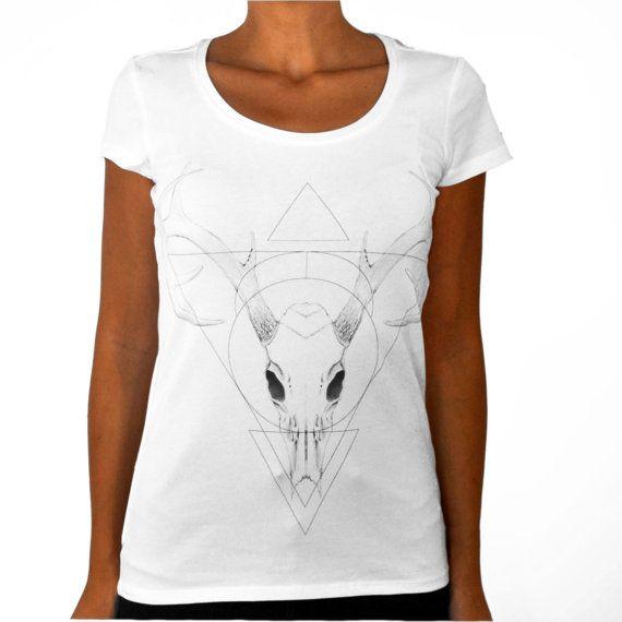 Deer skull t-shirt di ClanWeAreClothing su Etsy