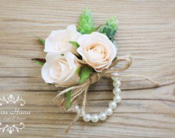 Zijden bloem rozen in ivoor kleur met pinecone, versierd met touw. De schouderriem is in imitatie parel manchet uitgerekt armband. Het is perfect voor een bossen of land/rustieke bruiloft.  De grootte van corsage is ongeveer 8cm en de armband is in 7 inch. Andere maten zijn op aanvraag beschikbaar.  Aangebrachte artikelen bestellen. Dag 5-7 werkdagen na verwerking.  De prijs is voor een corsage.  Producten zal veilig verpakt worden om ervoor te zorgen dat de producten komen in de beste…