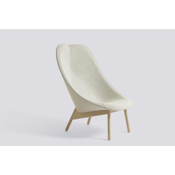 HAY Uchiwa fauteuil is geïnspireerd op de Uchiwa, een Japanse waaier.De invloeden zijn zichtbaar in de open en uitnodigende kuip, met een harde buitenkant een comfortabele en zachte binnenzijde.De bijzondere vorm in combinatie met het opvallend vormgegeven onderstel geeft de fauteuil een uniek design, ontworpen door Doshi Levien voor HAY.
