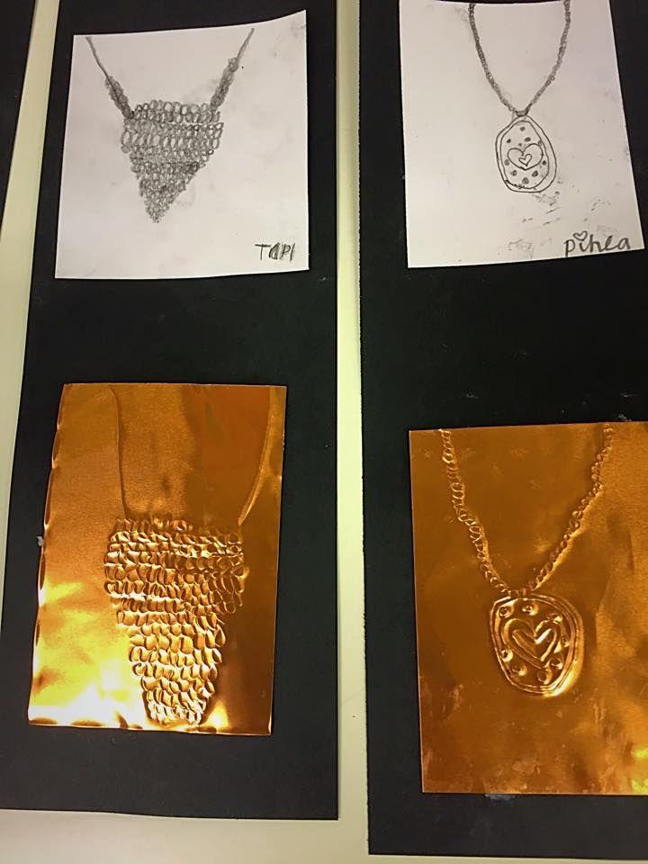 """""""Kalevala -koruja"""", 2.lk  laitoimme muovimattoalustan työn alle ja neulepuikolla pakotettiin metalliohkolevy piirrosmallin mukaan. Ensin luonnospaperi, sitten valmis kuva pienelle paperille ja kolmas vaihe oli metalliohkolevylle. Kun metalliohkolevyn alla on alusta esim pahvi tai muovimattoa tms, esim neulepuikolla painamalla/ pakottamalla tulee kuvio tarpeeksi syväksi. Kun kääntää levyn toisinpäin, kohokuvio on päällä.(Alakoulun aarreaitta FB -sivustosta / Leena Keränen)"""