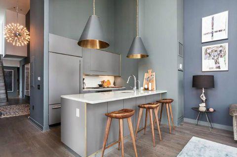 Barstolar av trä i grått kök