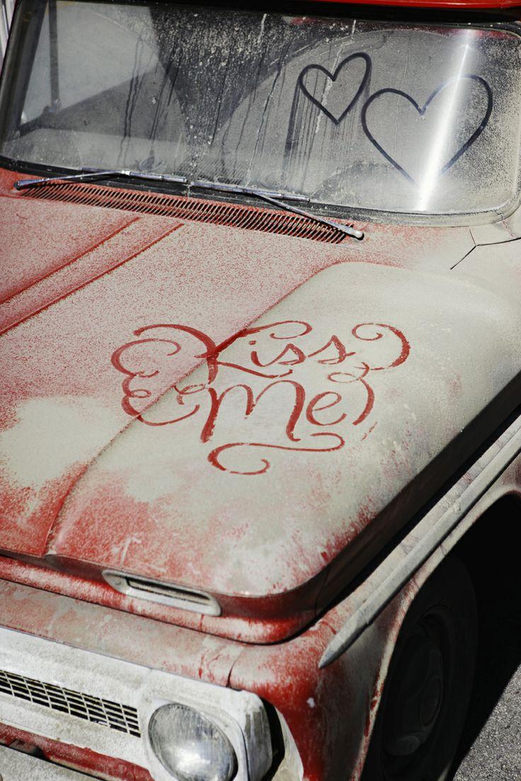 Schrijf een lieve boodschap op een vieze auto en maak er een foto van! ♥