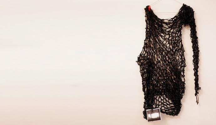 Abito da sera intrecciato a mano (senza usare strumenti ma solo con le mani) con gomitoli di recupero. #cloth #fashion