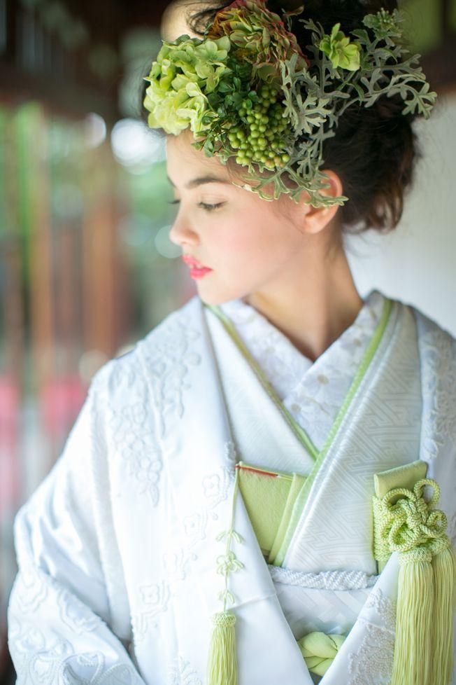 ぶどうやひなぎくの柄がかわいらしい♡ センスがいい白無垢まとめ。モダンでおしゃれな花嫁衣装の参考に。