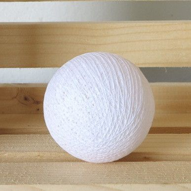 Valkoinen valopallo.  Helppo yhdistää kaikkien muiden valopallojen kanssa.   Valikoimasta löydät myös luonnonvalkoisen valopallon.  Katso kaikki valopallot täältä: http://www.valopallot.fi/product/96/valopallo-valkoinen-5-kpl