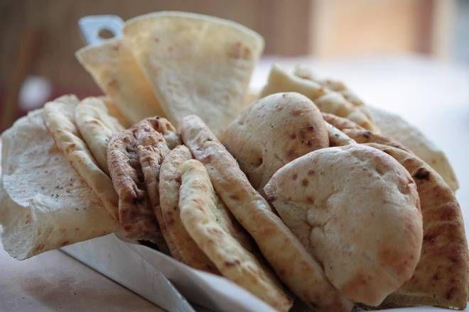Ψημένο ψωμί και πίτες στα κάρβουνα τη ψησταριά και το φούρνο (grill) περισσότερα στο : http://www.helppost.gr/how-to/psisimo/psomi-pites-karvouna-sxara/