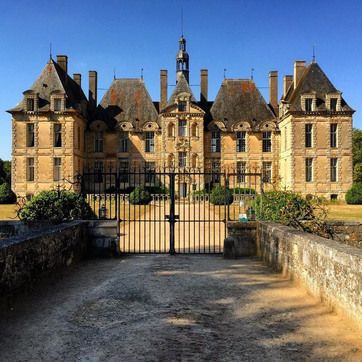 A country estate in France epitomizes the lifestyle of rural elegance. #architecture #architect #chateau #france #french #pic #home #mcintoshnesbit #lifestyle #style #interiordesign #interiordesigner #design #designer #country #countryestate #rural #instadaily #instalike #instagram #insta #wedding #luxury #countryside