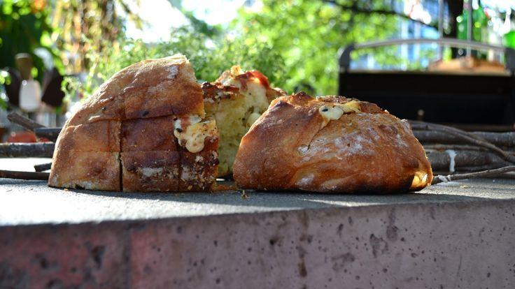 Miche farcie à l'ail, romarin et fromage en grains
