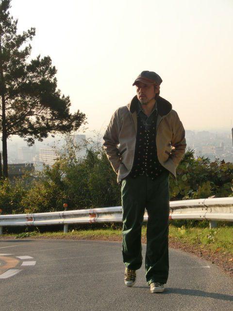 シャツのように着ているのはリーバイスのGジャン ベストは ヴィンテージ ジレ別珍素材刺繍入り シューズは カモ柄コンバース LO USA製70's パンツは US仮装軍パンツ BONCOURA デッキパーカー BONCOURA 帽 ヘリンボーン