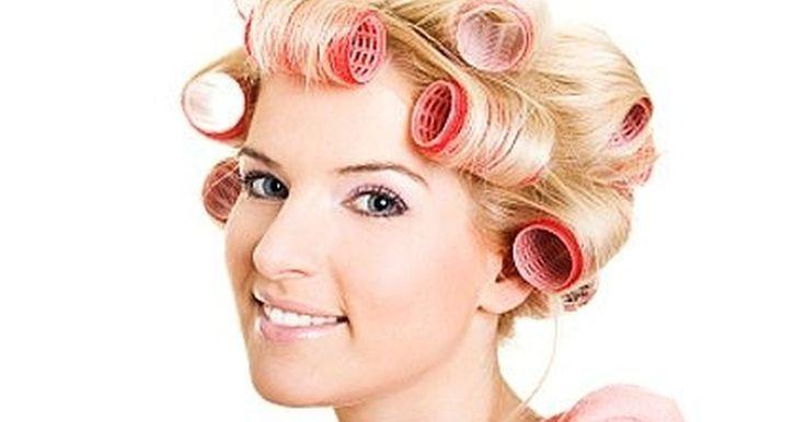 Como usar rolos de cabelo. Como usar rolos de cabelo com velcro. Rolos de cabelo são uma ótima ferramenta para mudar o estilo do seu cabelo, aumentando o volume e lhe deixando com grandes cachos, mantendo-o com pouca ondulação. Os rolos de cabelo variam de tamanho, prendem-se ao cabelo sem grampos e não danificam o cabelo se usados corretamente.