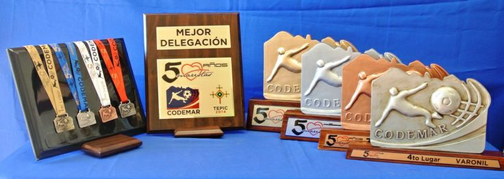 Kit de #premios para competencia deportiva, con #trofeos y medallas Kit prize for sporting #competition, with #trophies and medals