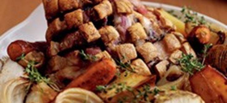 Ølstegt svineskank med bagte løg og rodfrugter, rugbrød og sennep. Lækker ret, der mest passer sig selv i ovnen. Klik her og se opskriften