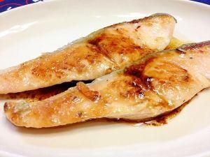 「フライパンで!バター醤油味☆鮭のムニエル」【簡単】 鮭の身は、しっとり!皮は、香ばしく!醤油バターを吸い込んで、とっても美味しく仕上がります。\(^▽^)/鮭は、しわ、シミ、たるみの予防になるそうです。【楽天レシピ】