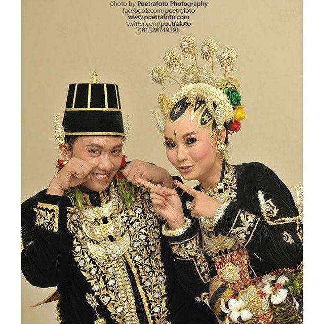 #Foto #Pengantin #Pernikahan #Jawa Devie+Ade #Wedding #Portrait #Couple at #Yogyakarta #Indonesia by Poetrafoto, http://wedding.poetrafoto.com/foto-paes-ageng-wedding-adat-jawa-jogja_362